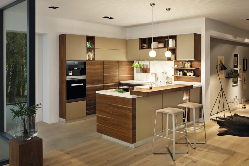 Küche Linee in Nussbaum mit Kücheninsel und Einbauschränken mit Fronten in Farbglas.