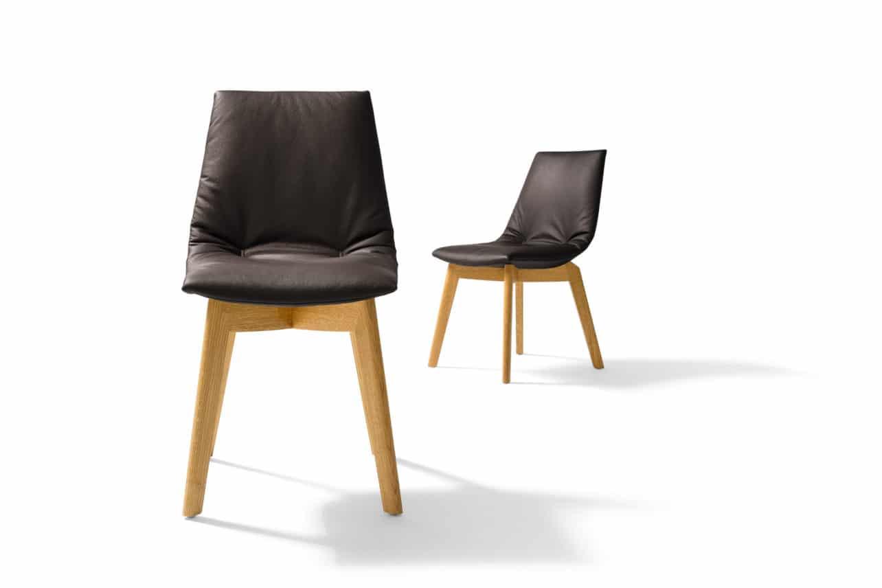 Stuhl Lui mit Holzbeinen in Eiche und Lederfarbe schwarzbraun.