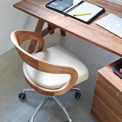Girado Bürostuhl in Nussbaum mit Leder weiß.