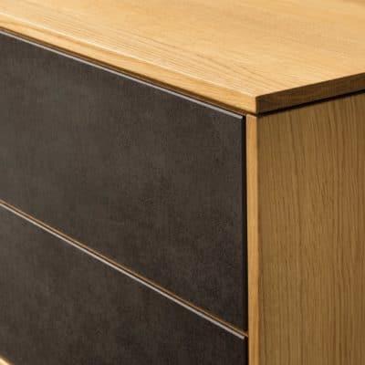 Sideboard Filigno in EIche und Keramik-Schubladen.