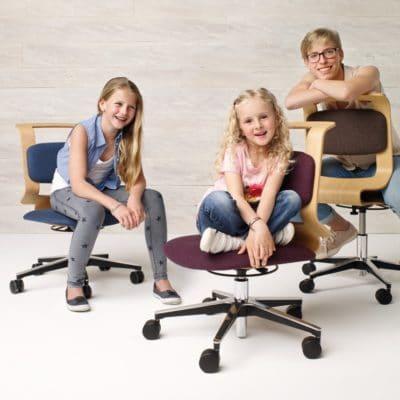 Höhenverstellbarer Stuhl Mobile in Buche mit Stoff blau, lila und braun.