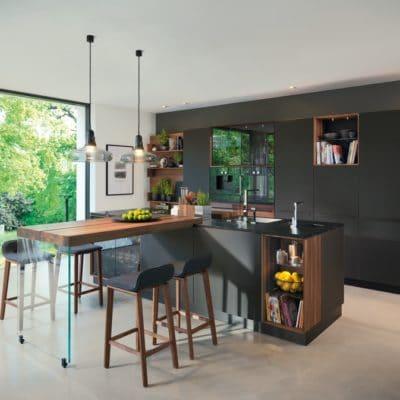 Black Line Küche mit Kücheninsel und Esstisch in Nussbaum.