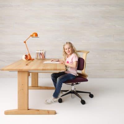 Höhenverstellbarer Schreibtisch Mobile in niedriger Arbeitshöhe in Erle geölt.