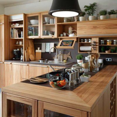 Küche Rondo in Kernbuche mit Kochinsel.