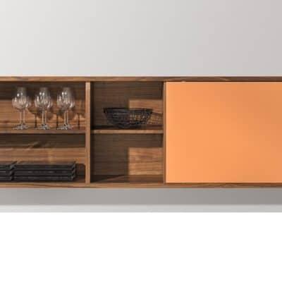 Cubus Sideboard mit Schiebetür in Nussbaum und Farbglas.