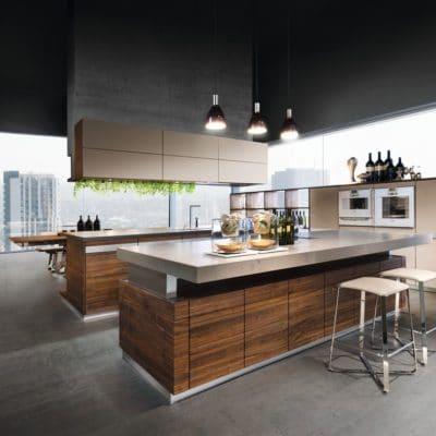 Küche K7 in Nussbaum mit Glas kiesel.